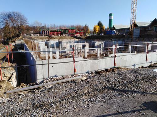 Travaux de terrassement et des murs d'enceinte en cours